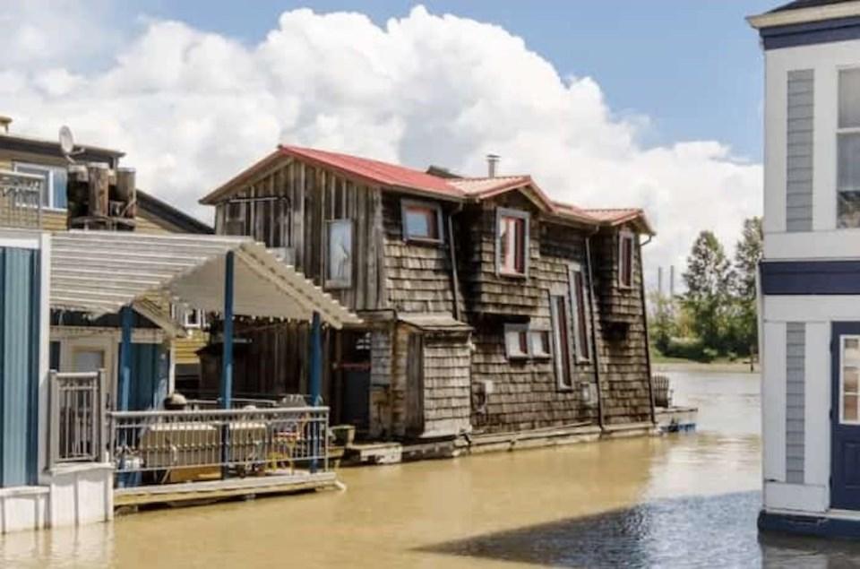 floating-cabin-fraser-river