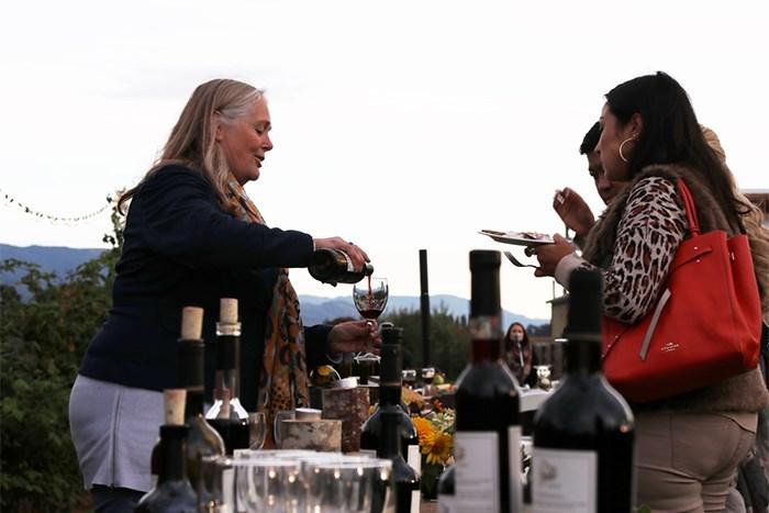 Debbie Etsell pours some Singletree wine. Jan Zeschky photo