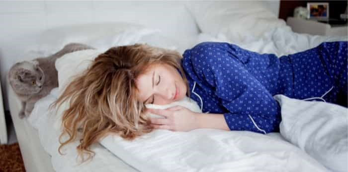 Photo: Woman sleeping with cat / Shutterstock
