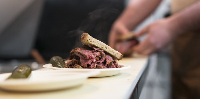 Hot pastrami sandwich by Mensch. Jewish Delicatessen (Photo by Olivia Sari-Goerlach)