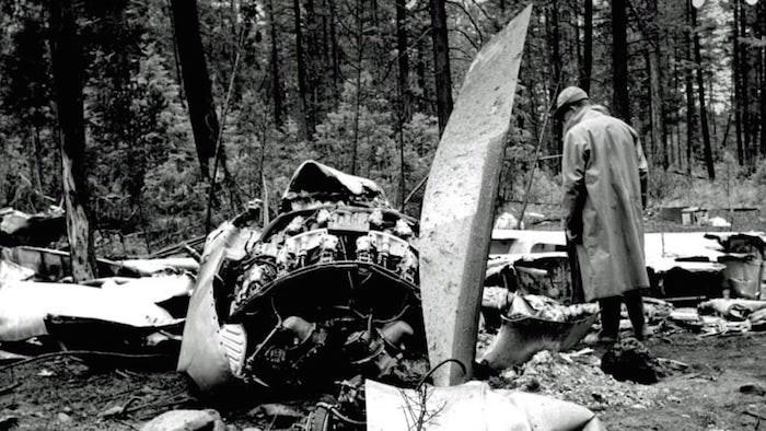 Examining the wreckage of Flight 21 (Transport Canada)