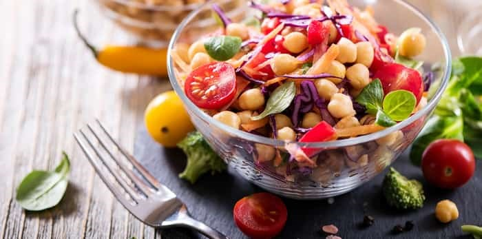 Chickpea and veggie salad / Shutterstock