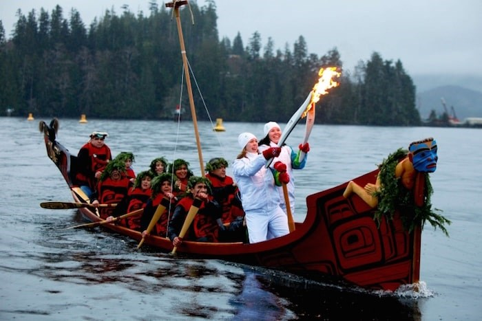 Day 96 – Torchbearer 6 Ali Hunt (R) passes the the flame to Torchbearer 7 Colette Child (L) on a canoe in Port Hardy, British Columbia. Reference code (file): AM1550-S08-3-F096 Photo by Vancouver Organizing Committee for the Olympics
