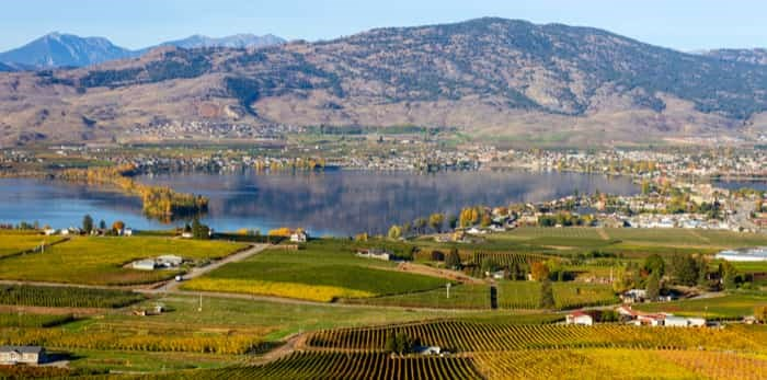 View of the small town of Osoyoos and Haynes Point Provincial Park on Okanagan Lake / Shutterstock