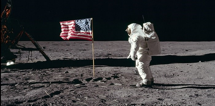 Aldrin salutes the deployed United States flag on the lunar surface. Photo: NASA / Neil A. Armstrong