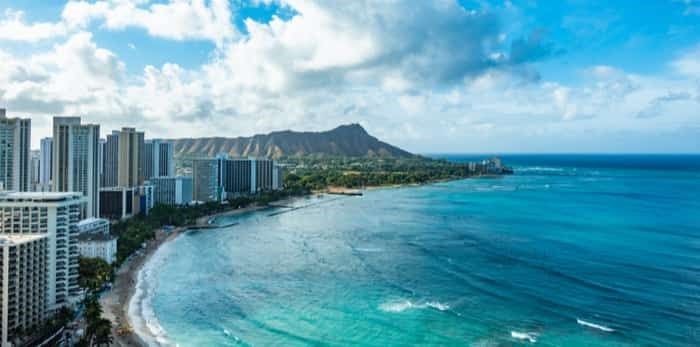Photo: Waikiki Beach and Diamond Head Crater including the hotels and buildings in Waikiki, Honolulu, Oahu island, Hawaii. Waikiki Beach in the centre of Honolulu has the largest number of visitors in Hawaii / Shutterstock