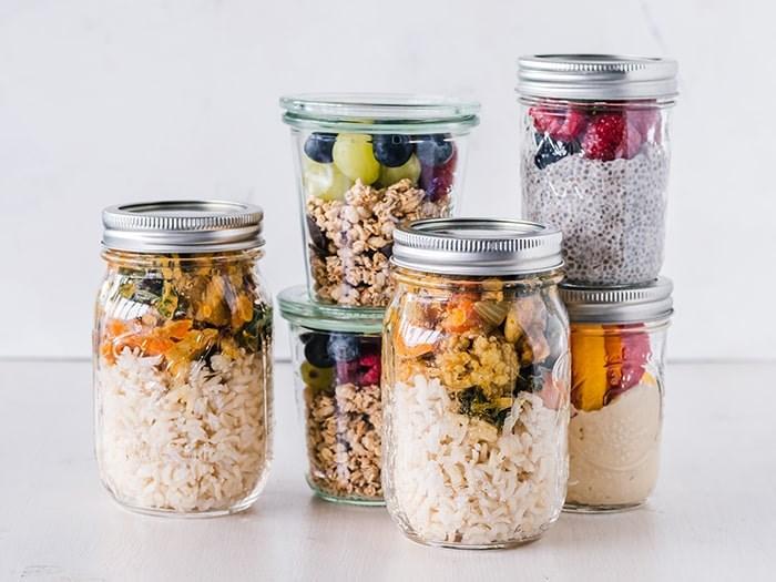 Learn how to make delicious mason jar salads. Photo: Unsplash / Ella Olsson
