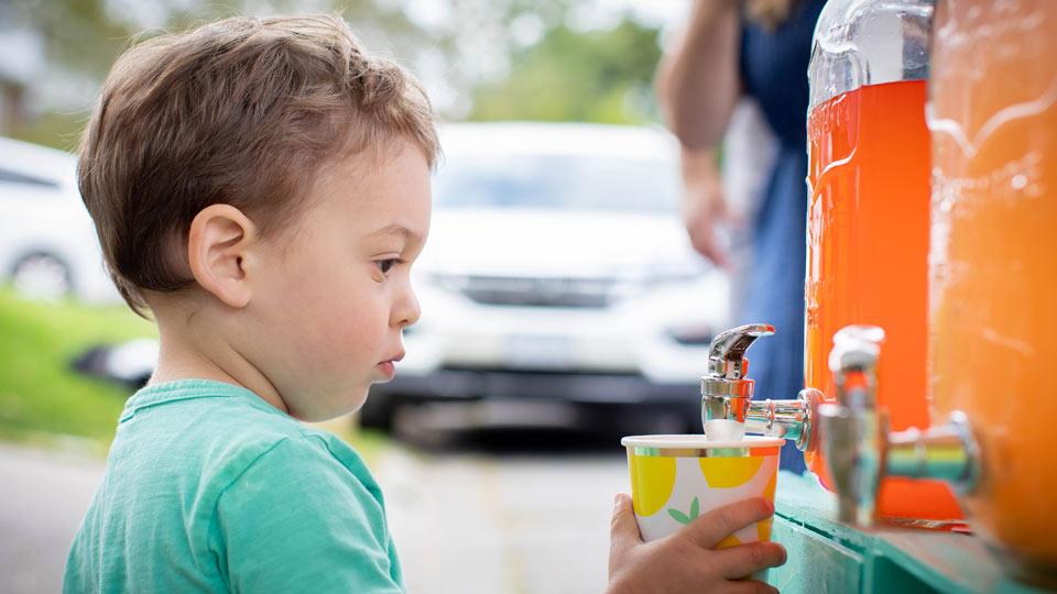 Cute alert! Sudbury tot sells lemonade, raises $1,750 for hospital