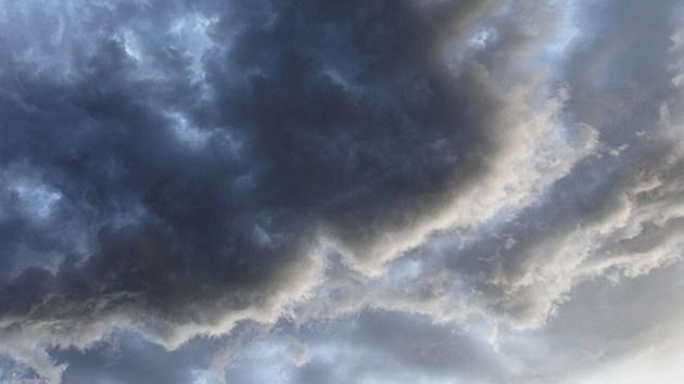 Heavy clouds drift towards a snowy work week